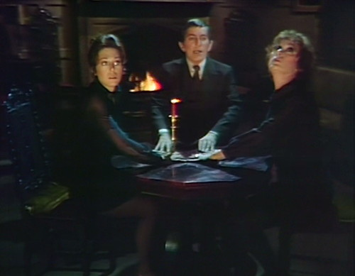 948-dark-shadows-maggie-barnabas-julia-seance